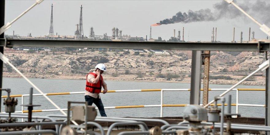 İranlı enerji uzmanları Tahran yönetiminin günlük 8 milyon varil petrol üretebileceği görüşünde