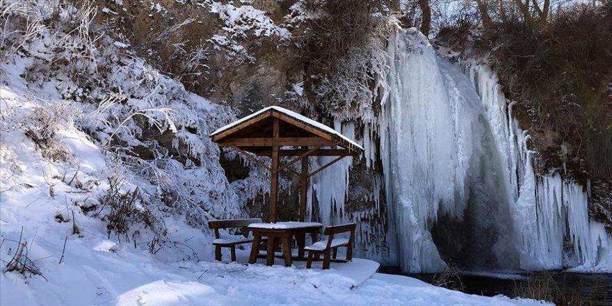 Buz tutan Sırakayalar Şelalesi görsel şölen sunuyor