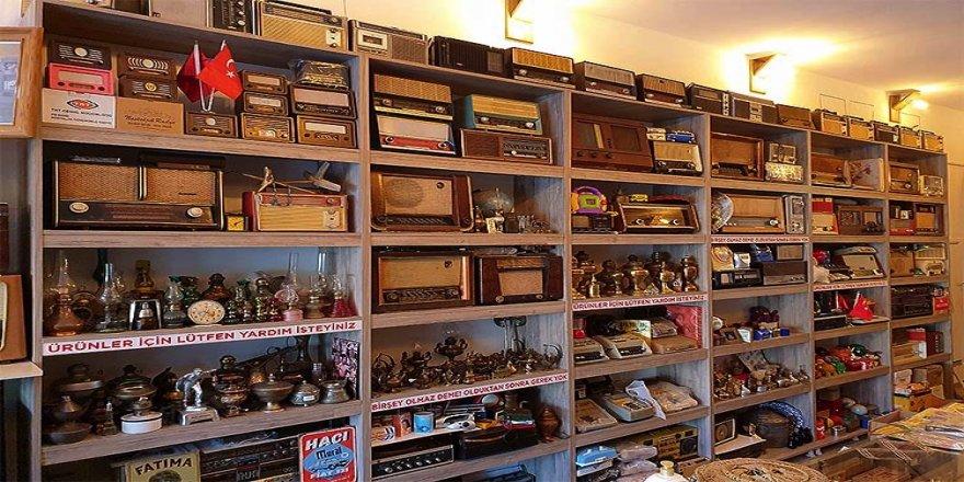 Lambalı radyoyla başlayan hobi antika dükkanına dönüştü