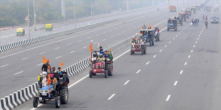 Hindistan'da traktörleriyle eylem yapan çiftçilere polis müdahale etti