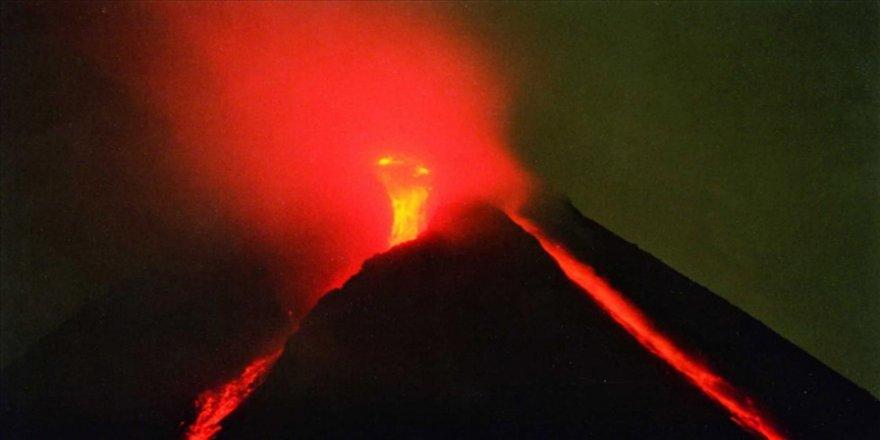 Endonezya'da Merapi Yanardağı'nda son 6 saatte 22 patlama oldu