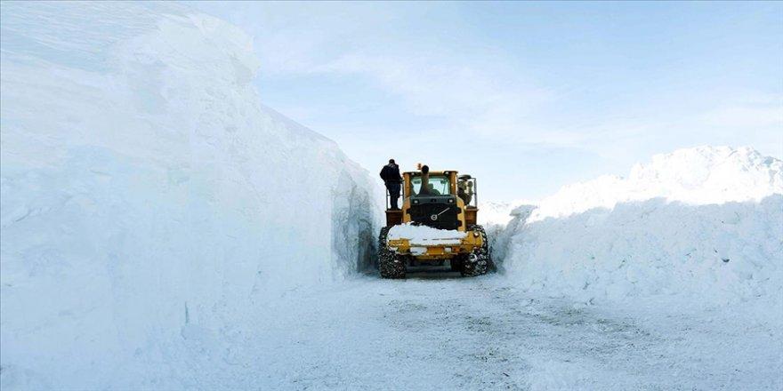 Muş'ta kar kalınlığının 8 metreyi bulduğu köy yolları güçlükle açılıyor