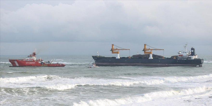 Beykoz'da makine arızası nedeniyle demir atan kargo gemisi açığa çekilmeye başlandı
