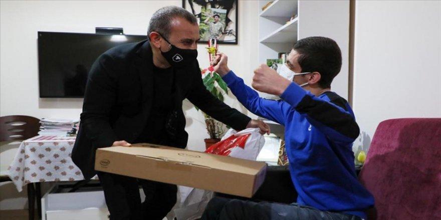 Ordu Valisi Sonel üç kitap yazan engelli gencin bilgisayar isteğini yerine getirdi