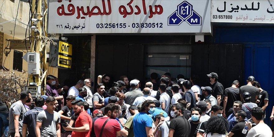 Lübnanlılar bankalardaki mevduatlarına bir yılı aşkın süredir ulaşamıyor