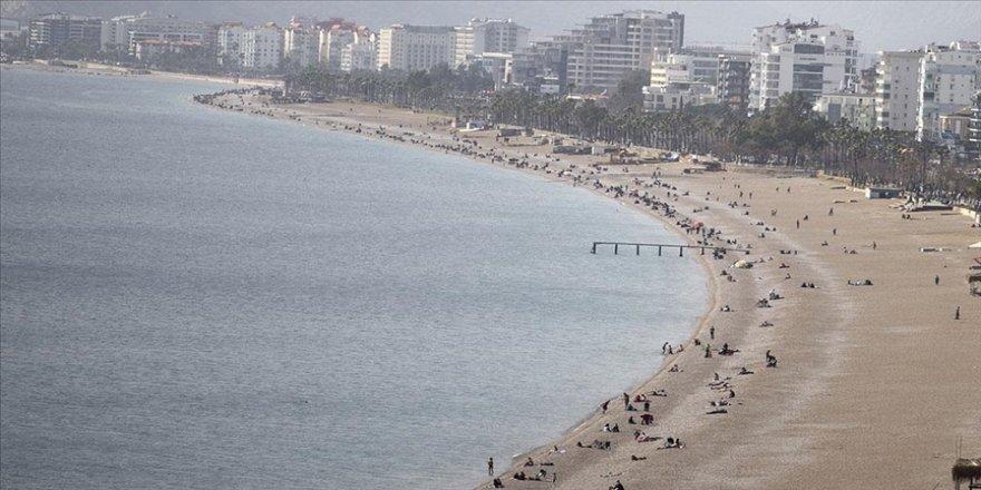 Antalya'da güneşli havayı fırsat bilenler denize girdi