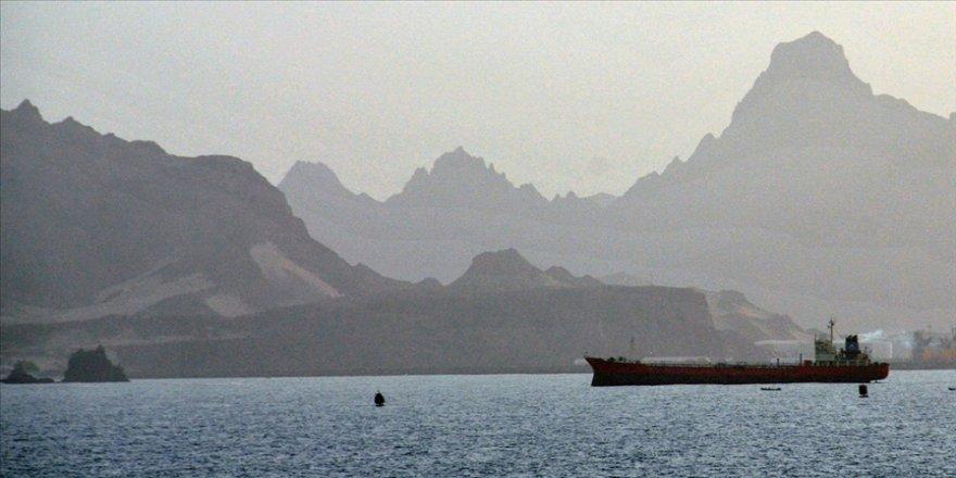 Sokotra Valisi, BAE'nin, Yemen'in güneyindeki Sokotra Limanı'na askeri araç sevk ettiğini açıkladı