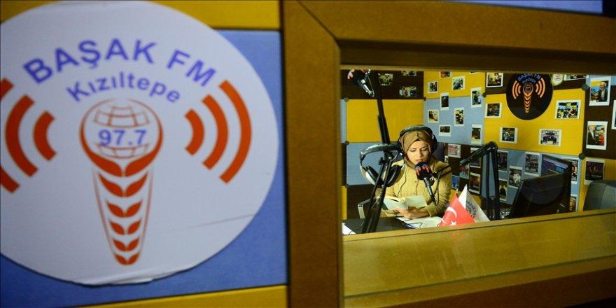 Gönüllü öğretmenler, radyodan öğrencilerine ders anlatıyor