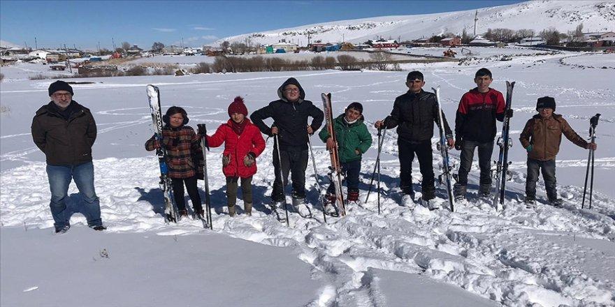 İlk kez kayakla tanışan Karslı köy çocukları karlı tepeleri piste dönüştürdü