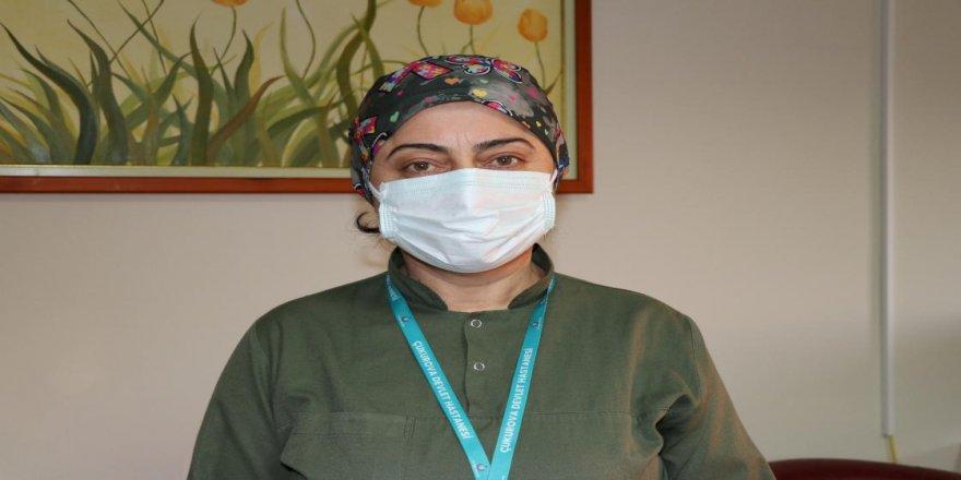 Müfide hemşire, Kovid-19 bulaştırdığı annesini kaybetmenin üzüntüsünü yaşıyor