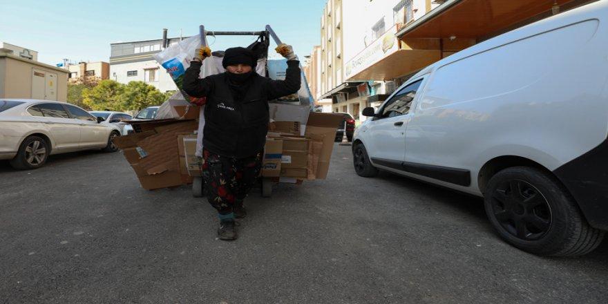 İzmir'de ekmeğini 30 yıldır kağıt satarak kazanan yaşlı kadın tek göz odasında umut ışığı arıyor