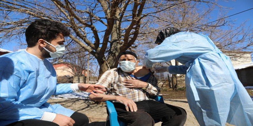 Karlı yolları aşarak yaşlılara Kovid-19 aşısı yapıyorlar