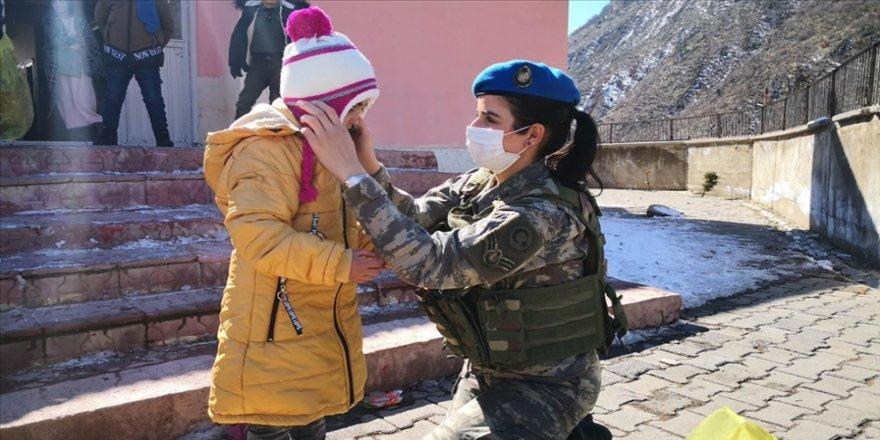 TSK'dan Şemdinli'deki çocuklara yardım eli