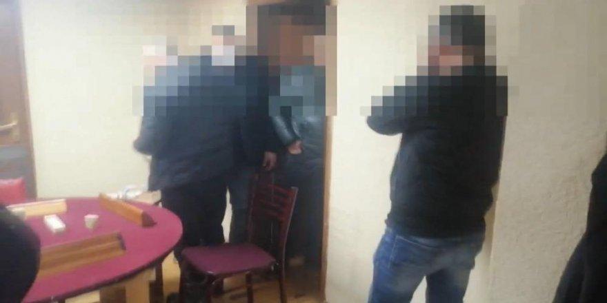 Sokağa çıkma kısıtlamasında 19 kişi kumar oynarken yakalandı