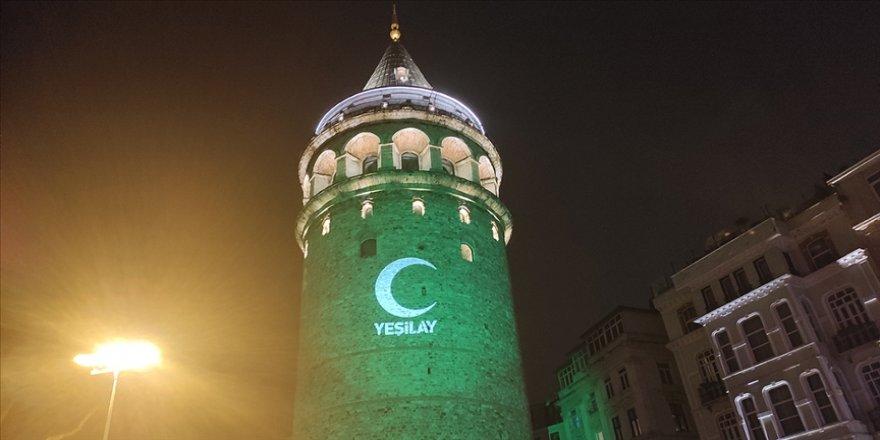 İstanbul'un simgeleri Yeşilay Haftası dolayısıyla yeşile büründü