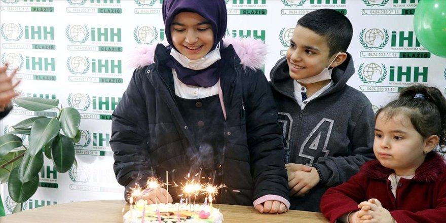 Yetim çocukların yüzü doğum günü sürpriziyle gülüyor