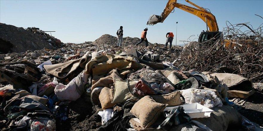 İzmirli depremzedelerin eşyaları için moloz yığınları arasında hassas çalışma yürütüyorlar