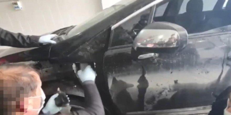 Otomobilin çamurluklarına zulalanan uyuşturucu tek tek çıkarıldı
