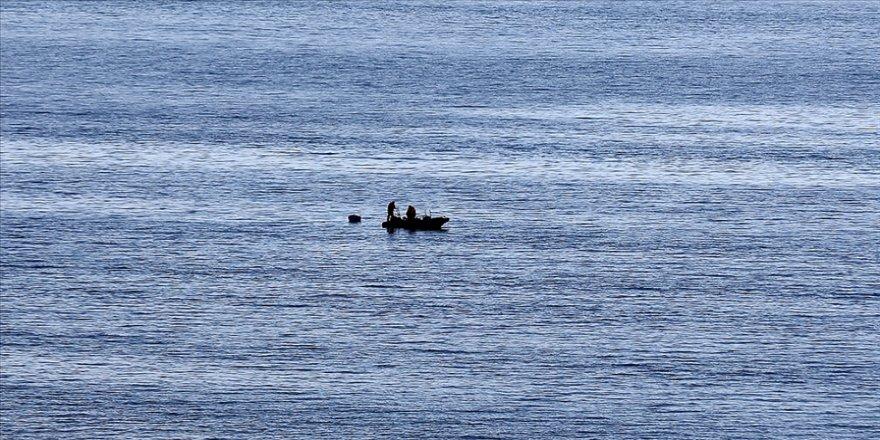 Gökçeada açıklarında teknenin batmasının ardından kaybolan jandarma trafik tim komutanı için arama çalışması sürüyor