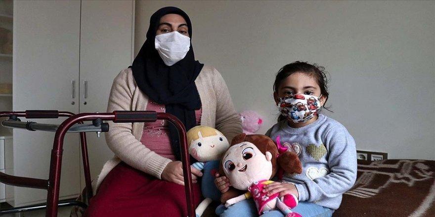 Elazığ depreminden 24 saat sonra enkazdan çıkarılan Yüsra ve annesi yaşadıkları acıyı unutmaya çalışıyor