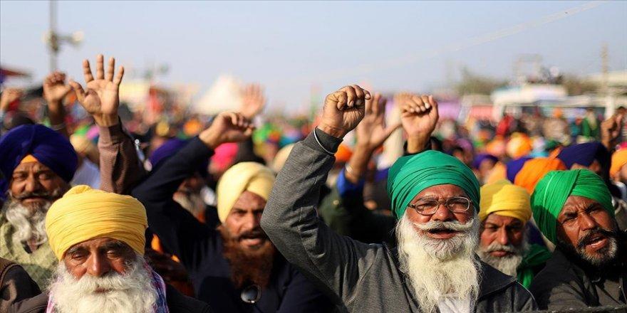 Hindistan'da çiftçiler protestolarının 100. gününde Yeni Delhi'deki otoyolu trafiğe kapattı