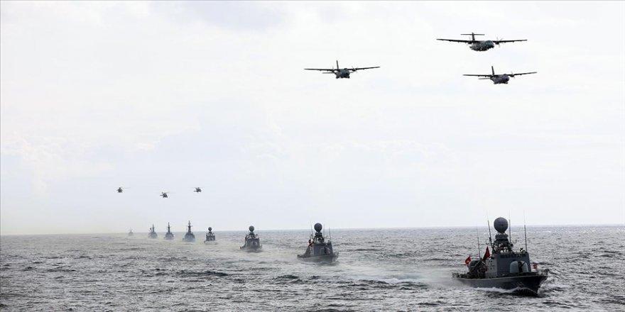Mavi Vatan 2021 Tatbikatı'nın Seçkin Gözlemci Günü, denizde yapılan geçit töreni ile sona erdi