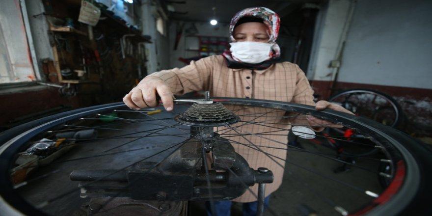 Bozuk bisikletler 4 torun sahibi 'Emine usta'nın maharetli elleriyle düzeliyor