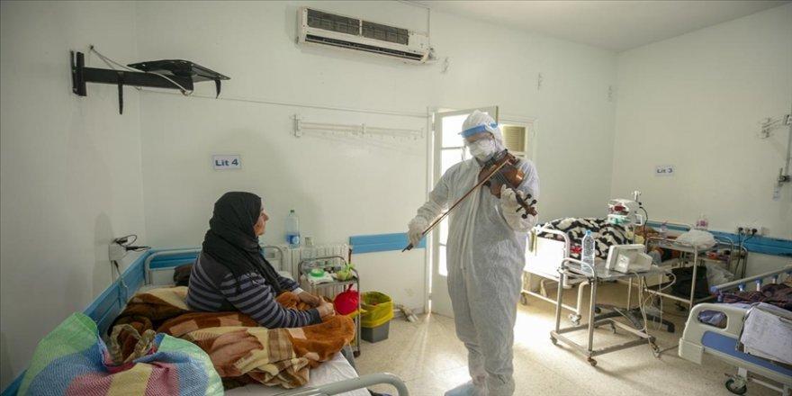 Tunuslu doktor kemanıyla Kovid-19 hastalarına moral aşılıyor
