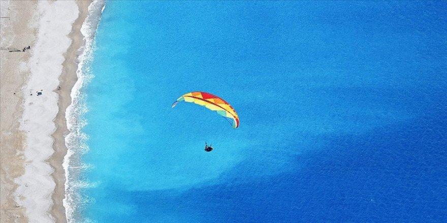 Ölüdeniz'in 'renkli aksesuarları' adrenalin tutkunlarına gökyüzünden eşsiz manzaralar sunuyor