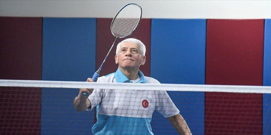 70 yaşındaki badmintoncu dünya şampiyonu olabilmek için ter döküyor
