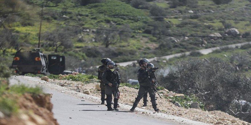 İsrail güçlerinden Yahudi yerleşimcilere karşı Urme Tepesi'nde nöbet tutan Filistinlilere müdahale