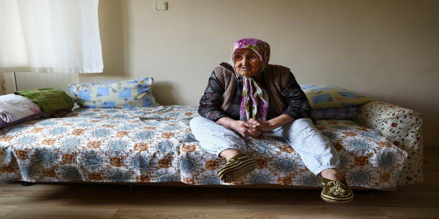 106 yıllık ömründe iki salgın dönemini yaşayan Safiye nine, fedakar sağlıkçılara duacı