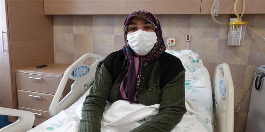 Çevresindekilerin 'yaşamasından ümidi kestiği' 60 yaşındaki kadın Kovid-19 ve kısmi felci yendi