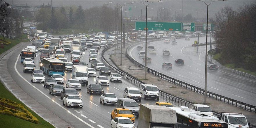 İstanbul'da yağmur trafik akışında yoğunluğa neden oluyor