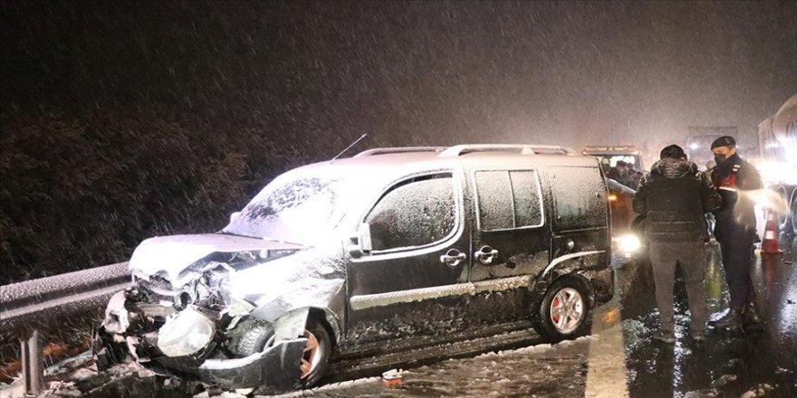 Bolu'da kar yağışı ulaşımı olumsuz etkiledi