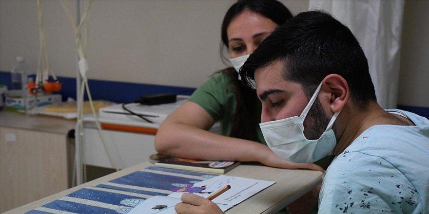 Tedavi olmak için gittiği hastanede okuma yazma öğrendi