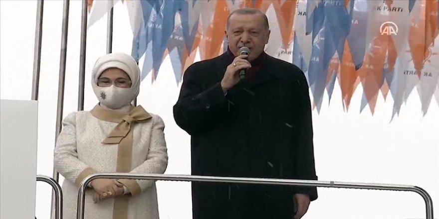 Cumhurbaşkanı Erdoğan Ankara Spor Salonu'nun dışında bekleyen partililere hitap etti