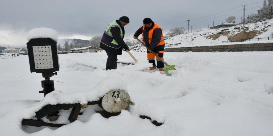 TCDD görevlileri trenlerin kesintisiz ulaşımı için ilkbaharda kar ve buz mesaisinde
