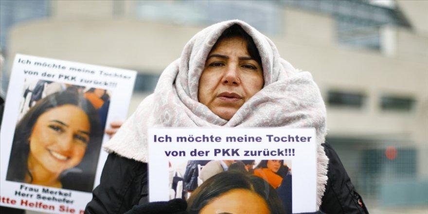 Almanya'da kızı PKK tarafından kaçırılan anne eylemini Başbakanlık önünde sürdürüyor