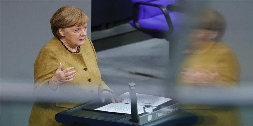 Merkel Paskalya Bayramı sürecinde alınacak Kovid-19 tedbirleri konusunda geri adım attı