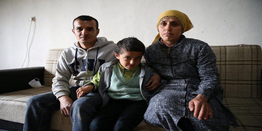 Fedakar baba 10 yaşındaki engelli oğlunu okula sırtında taşıyor