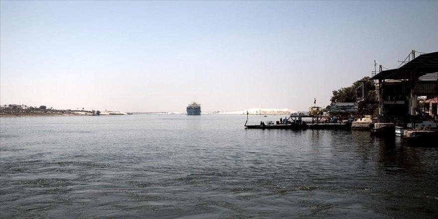 Süveyş Kanalı'nda karaya oturan geminin yeniden yüzdürülmesinde zorluklar yaşanıyor