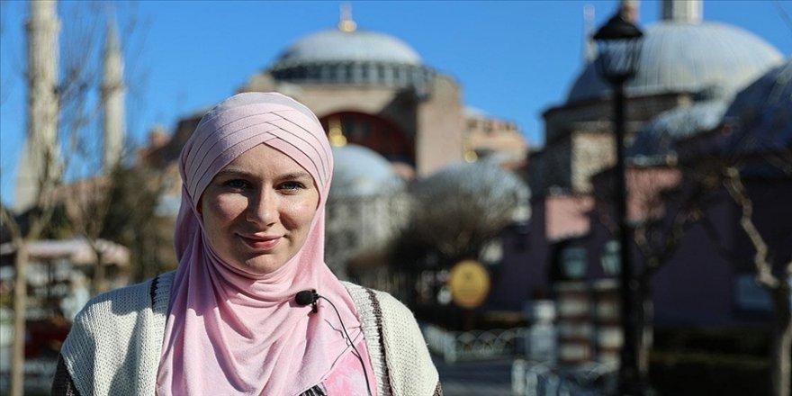 Girmeye çekindiği Sultanahmet Camisi'nde Müslümanlıkla tanışan İngiliz, şimdi sosyal medyada İslam'ı anlatıyor