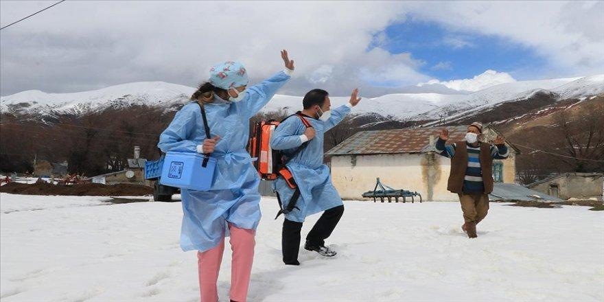 Kovid-19 aşısı yapmak için karlı dağları aşıp vatandaşın ayağına gidiyorlar