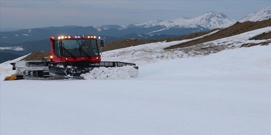 Makine operatörü Ilgaz Dağı'ndaki pisti sezon boyunca kayakseverler için hazırlıyor