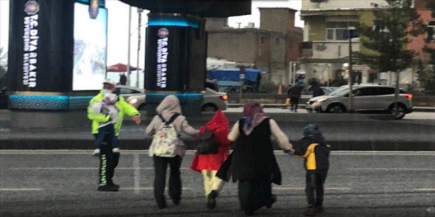 Diyarbakır'da doluya yakalanan anne ve çocukları trafik polisinin yardımıyla yolun karşısına geçti