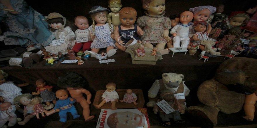 Müzeye dönüştürdüğü evinde yüzlerce eski oyuncak bebeği sergiliyor