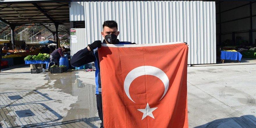 Yalova'da görevli zabıta, kara yolunda gördüğü Türk bayrağını yerde bırakmadı