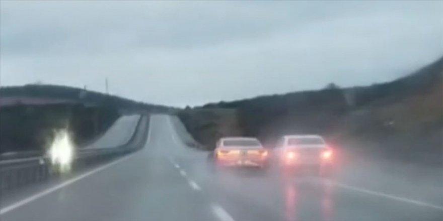 Şile yolunda araçlarını birbirlerine çarptırarak ilerleyen iki sürücü gözaltına alındı