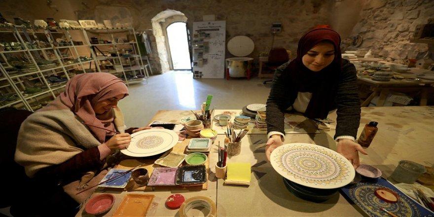 Filistinli kadınlar ürettikleri özgün seramik eserlerle geçimlerini sağlıyor